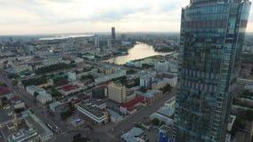 Grande centro urbano moderno osservato da sopra Bello della città di vista aerea di Ekaterinburg con il fiume, Russia video d archivio