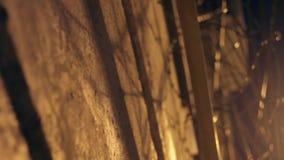 Grande cerca com arame farpado na noite filme
