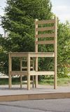 Grande chaise en parc de ville à la lumière du soleil photographie stock libre de droits