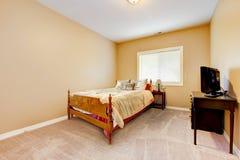 Grande chambre à coucher avec les murs jaunes et le tapis beige. Images libres de droits