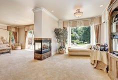 Grande chambre à coucher principale dans la maison de luxe avec des portes au balcon Photos libres de droits