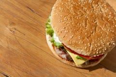 Grande cheeseburger saporito Immagini Stock Libere da Diritti