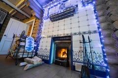 Grande cheminée dans la maison de campagne confortable Image stock