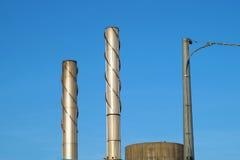 Grande cheminée industrielle dans le ciel créant le réchauffement global et polluer de l'environnement naturel Photographie stock libre de droits