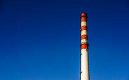 Grande cheminée isolée Images stock