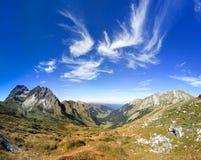 Grande chiara vista nella montagna con le belle nuvole alpi Fotografia Stock