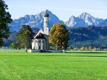 Grande chiesa con il grande fondo della montagna fotografia stock