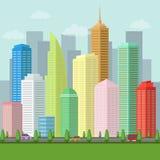 Grande cidade com estrada, veículos, céu, nuvens e paisagem do campo do verde da natureza ilustração stock