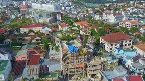Grande cidade moderna fantástica da vista aérea com casa louca vídeos de arquivo