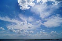 Grande cielo blu vibrante con i cluds e il hosizon del fiume Fotografia Stock