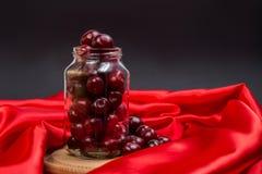 Grande ciliegia rossa in un barattolo Immagine Stock