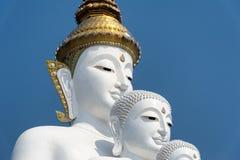 Grande cinque bianco Buddha a Wat Pha Sorn Kaew Fotografia Stock