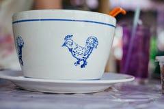 Grande ciotola bianca con il modello tailandese del pollo sulla tavola Fotografia Stock Libera da Diritti