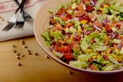 Grande ciotola di insalata delle verdure con il hummus Fotografia Stock