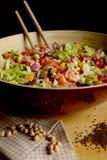 Grande ciotola di insalata di verdure con il hummus ed il cumino Fotografie Stock Libere da Diritti