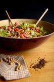 Grande ciotola di insalata e di ceci Fotografie Stock Libere da Diritti