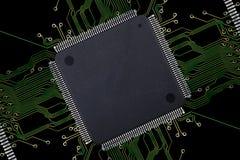 Grande circuito integrado vazio com conexões no fundo preto Imagem de Stock Royalty Free