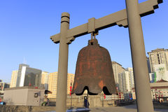 Grande cloche antique rouillée de fer sur le mur de ville antique de xian Photographie stock