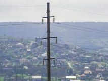 Grande colonna concreta con i cavi elettrici fotografia stock libera da diritti