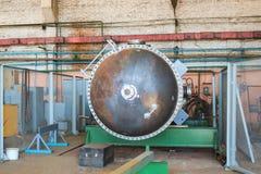 Grande colonne de distillation de fer en métal pour la séparation des substances dans des fractions dans les lieux industriels de image stock