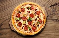 Grande composizione saporita calda nella pizza della pizza di merguez con la paprica di fusione del prosciutto dei pomodori del b Fotografia Stock Libera da Diritti