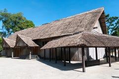 Grande construção tradicional com telhado cobrido com sapê e as paredes tecidas, Honiara, Guadalcanal, Solomon Islands imagem de stock