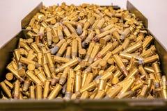 Grande contenitore di munizioni in pieno delle pallottole fotografie stock libere da diritti