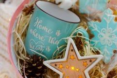 Grande contenitore di regalo con la tazza blu Immagini Stock