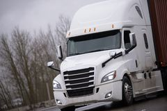 Grande contenitore di trasporto moderno del trattore del camion dei semi dell'impianto di perforazione con il co fotografia stock