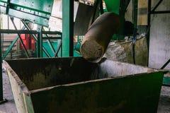 Grande contenitore verde per raccolta dei rifiuti Il tubo da cui l'immondizia viene Separazione e riciclare immagine stock