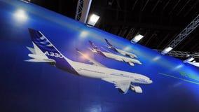 Grande contexto que mostra a família de Airbus de aviões de passagem largos do corpo, do A330, de A350 e de A380 em Singapura Air Fotos de Stock