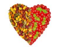 Grande coração feito de macarronetes da massa com tomates e manjericão Fotos de Stock