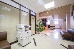 Grande corredor perto da recepção na empresa de negócio Fotos de Stock Royalty Free
