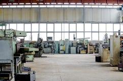 Grande corridoio industriale Fabbrica del macchinario dell'attrezzatura di tornitura vecchia fotografia stock