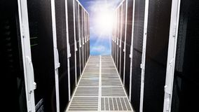 Grande corridoio moderno del corridoio della stanza del server di dati con gli alti scaffali pieni dei server di rete e delle lam royalty illustrazione gratis