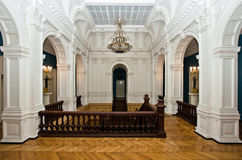 Grande corridoio in vecchio palazzo maestoso Immagine Stock