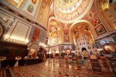 Grande corridoio vicino all'altare all'interno della cattedrale Fotografia Stock