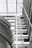 Grande costruzione bianca della palma del cielo blu dell'edificio per uffici molta Den Haag Hague alta tecnologia dentro all'inte Fotografia Stock Libera da Diritti