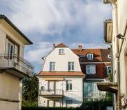 Grande costruzione di casa francese della proprietà del bene immobile un giorno caldo Fotografia Stock