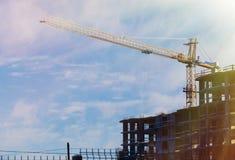 Grande costruzione di edifici dell'appartamento nel giorno soleggiato di inverno Fotografia Stock
