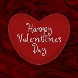 Grande costurado acima do coração do ` s do Valentim feito do feltro em um fundo abstrato vermelho Foto de Stock
