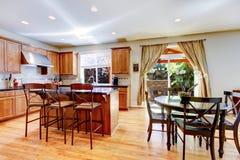 Grande cozinha clássica de madeira com ilha do granito. Imagem de Stock