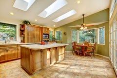 Grande cozinha do país com clarabóias. fotografia de stock