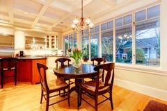Grande cozinha luxuosa branca com fogão e o refrigerador enormes. Imagem de Stock