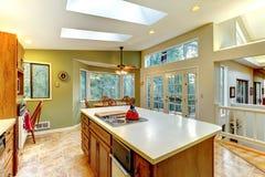 Grande cozinha verde do país com opinião da floresta. Fotografia de Stock Royalty Free