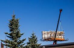Grande Crane Installing Highway Billboard fotos de stock