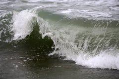 Grande cresta dell'onda con gli spruzzi Immagini Stock Libere da Diritti