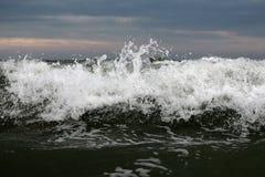 Grande cresta dell'onda con gli spruzzi Immagini Stock