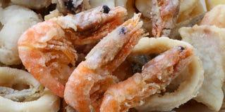 Grande crevette trois et d'autres poissons et fruits de mer frits dans les poissons au sujet de photographie stock libre de droits