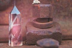 Grande cristal lapidado místico transparente da ametista cor-de-rosa colorida, calcedônia no trilhos no close-up industrial do fu foto de stock royalty free